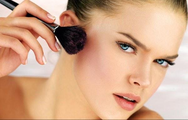 How to apply blush on cheekbones