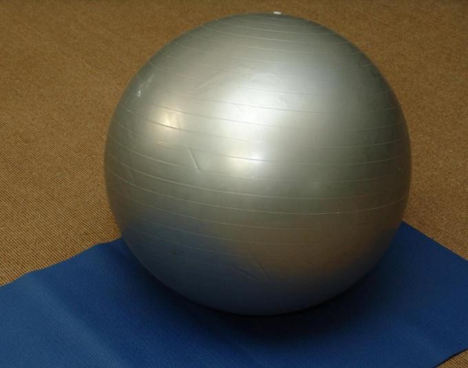 Мяч для фитнеса поможет в создании идеальной фигуры