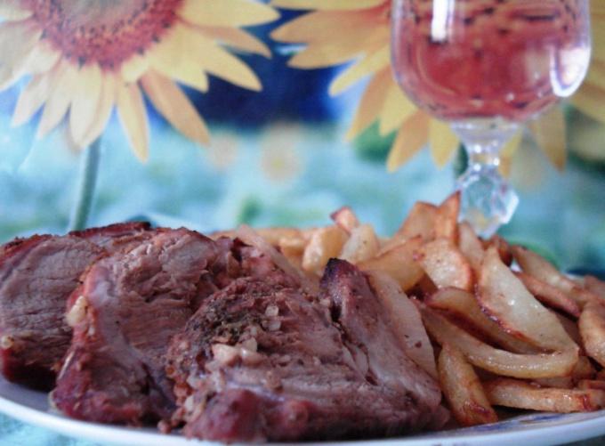 Как приготовить свинину духовую