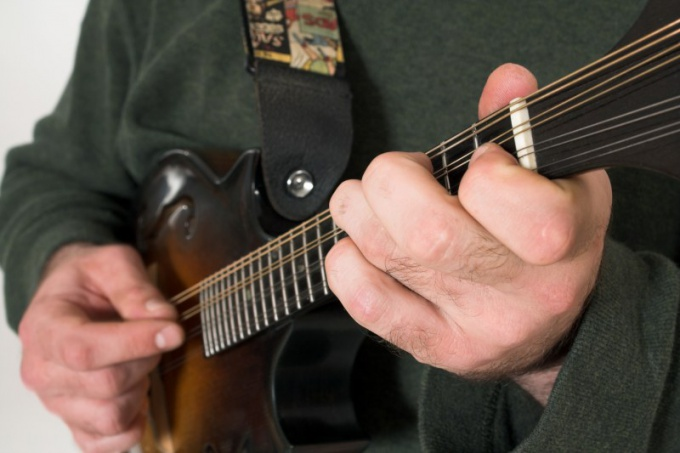 Как настроить акустическую гитару тюнером