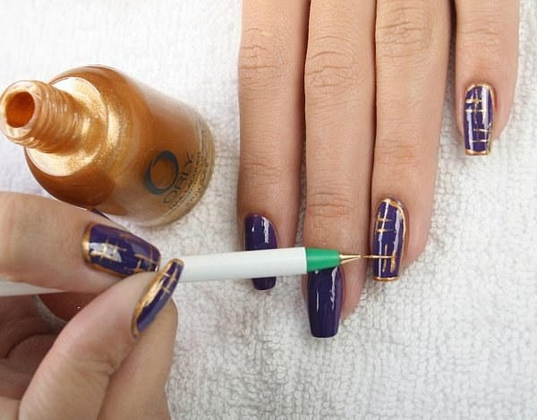 How to apply a pattern on nails