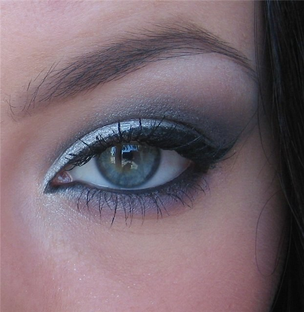 How to make up eyes with gray shadows