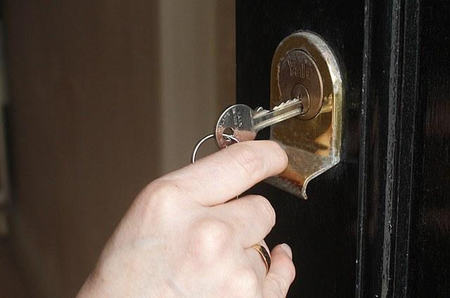 Как облагородить входную дверь