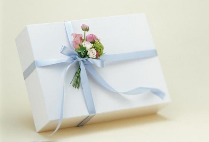 Как оригинально подарить подарок подруге