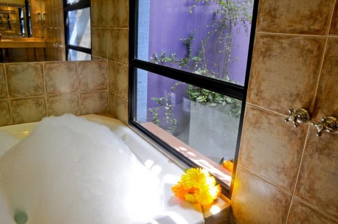 Как облицевать ванну плиткой