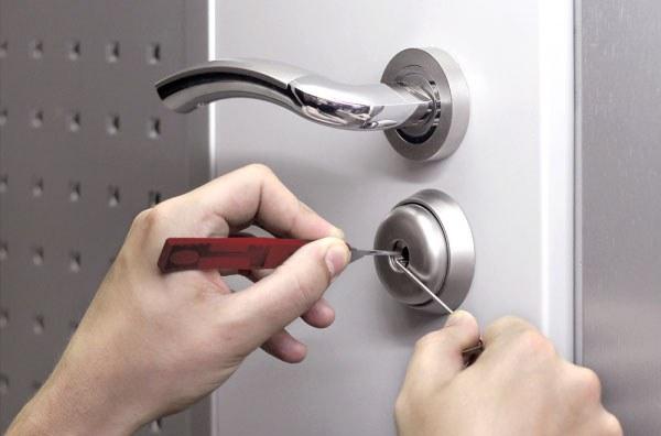 Как открыть дверь в ванную, если ее заклинило
