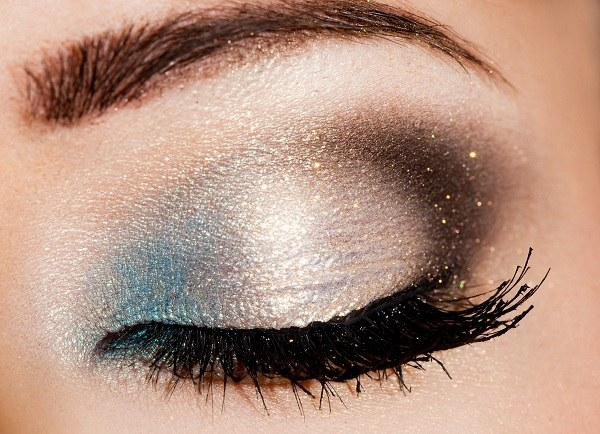 How to apply glitter on eyes