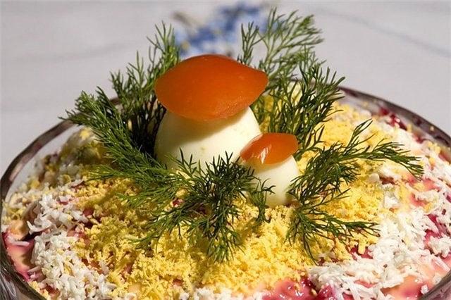 Украшение <strong>салат</strong>а в виде поляны с грибами