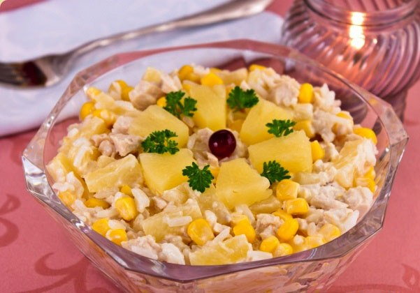 Салат куриным филе, рисом и ананасами