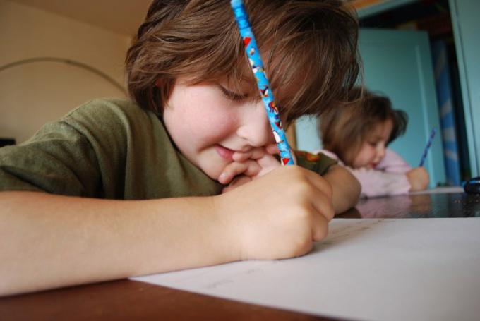 Как быть, когда ребенок пишет в отражение