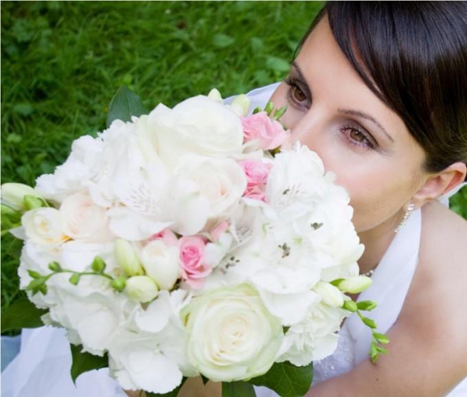 Как составить белый букет роз