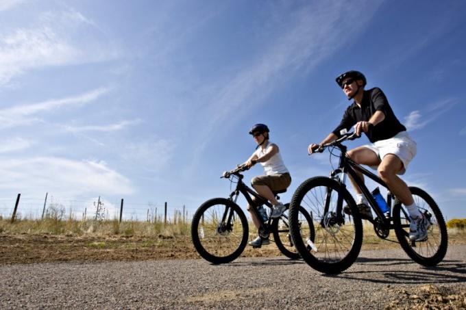 Как осуществлять движение по дороге на велосипеде