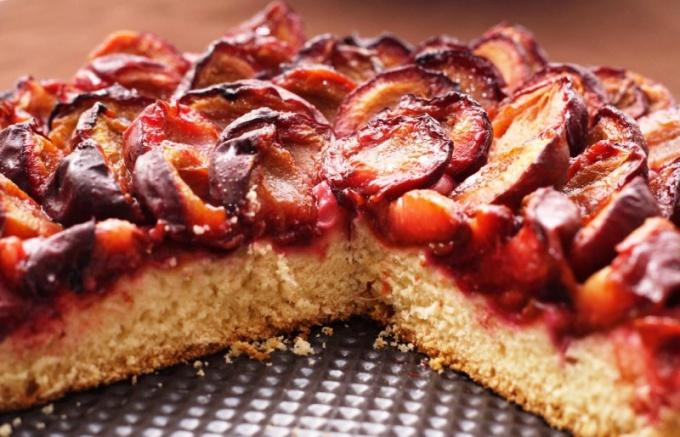 Как приготовить пирог со сливами и изюмом
