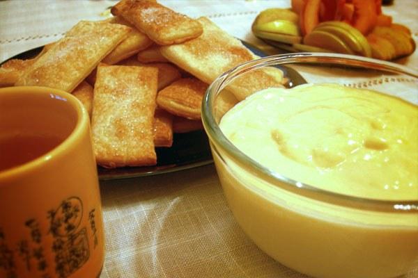 """Как приготовить слоеные коржики с кремом из сыра """"Рокфор"""""""