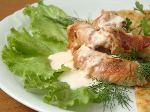 Как готовить рулеты из свинины с сырным соусом