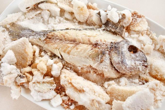 Как приготовить рыбу под солью