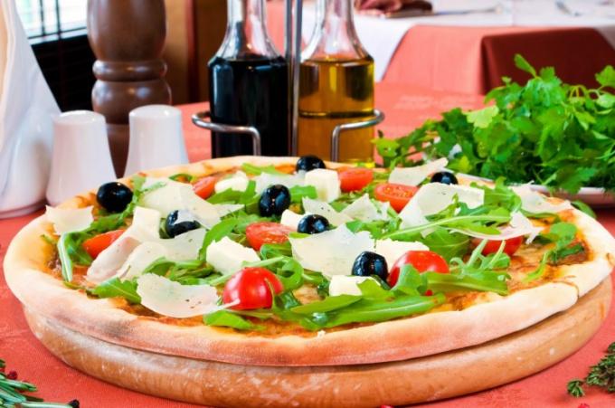 Как приготовить пиццу с луком и помидорами