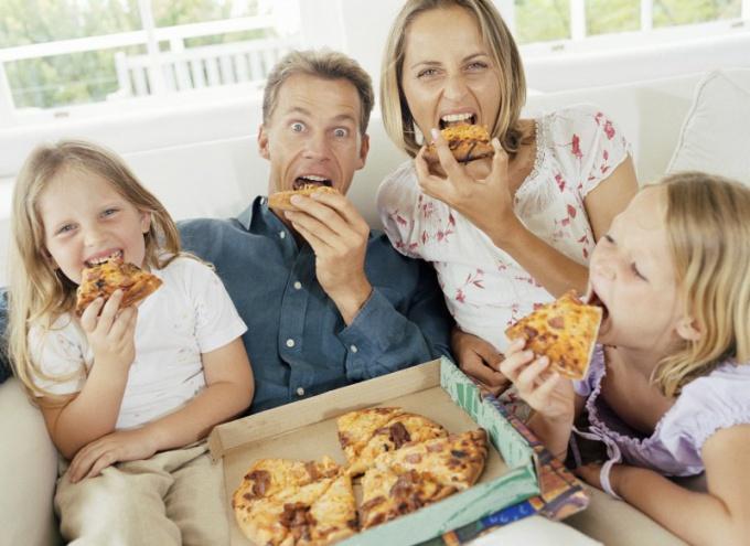 Как приготовить пиццу с томатом и моцареллой