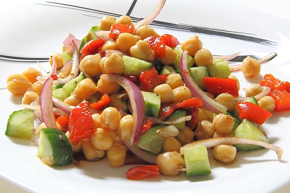 Как сделать салат из нута, помидоров и тахини