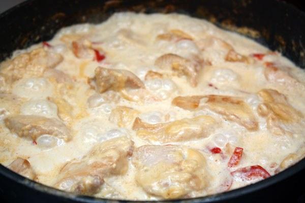 Куриное филе кусочками в духовке в сметане