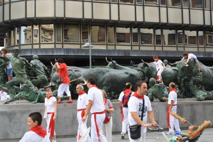 Зачем испанцы участвуют в забегах с быками