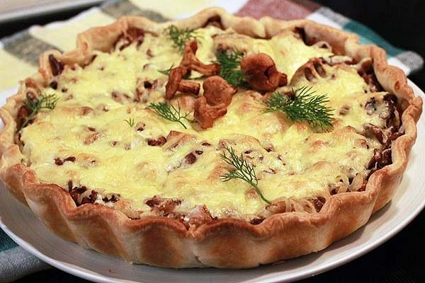 Как испечь пирог с сыром и лисичками