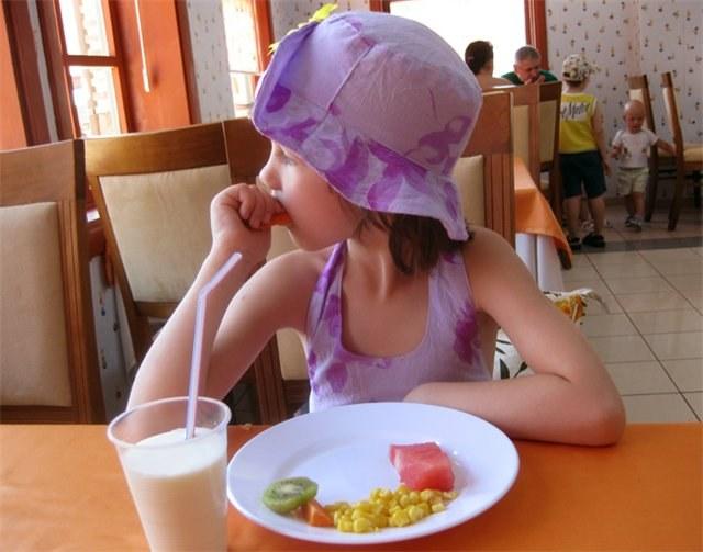 Как организовать питание ребенка на курорте