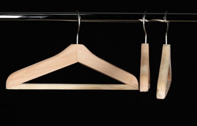 Как сделать вешалку для одежды из подручных средств