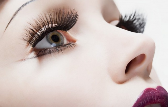 What is dangerous for curling eyelashes