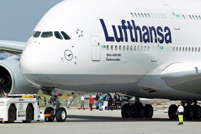 Почему бастуют бортпроводники Lufthansa