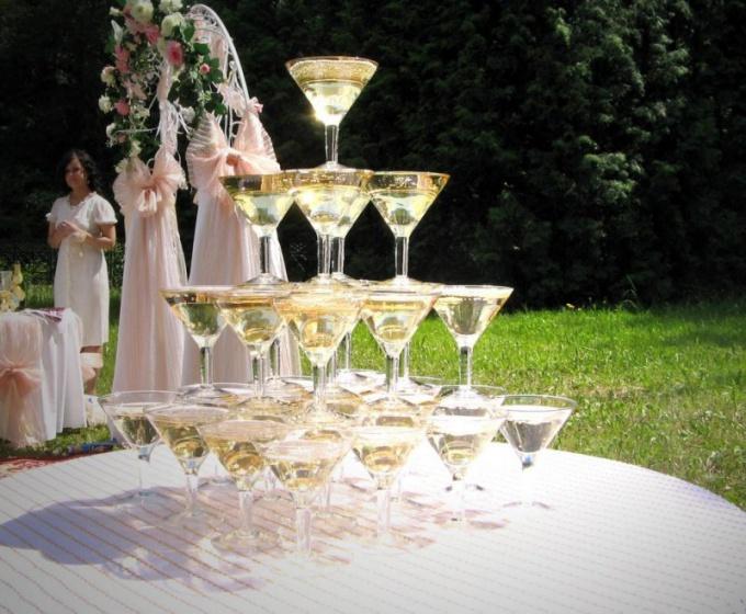 Как сделать пирамиду шампанского