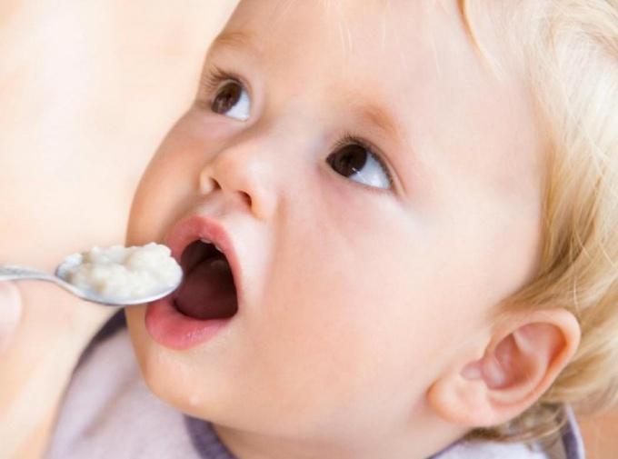 Зачем малышам на первый зуб дарят серебряную ложечку