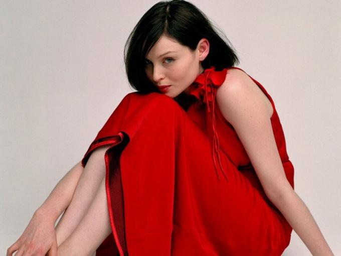 С чем носить красное платье?
