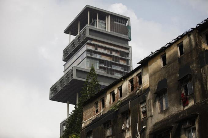 Самый дорогой дом в мире выглядывает из индийских трущоб