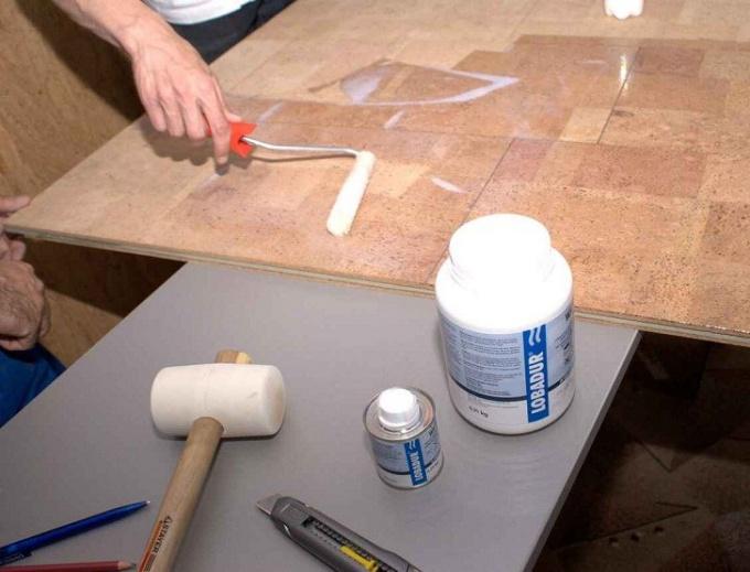 Укладка настенного пробкового покрытия