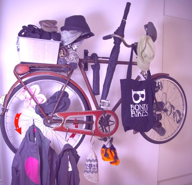 Велосипед на время консервации сам может стать вешалкой
