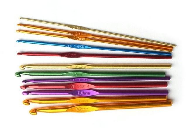 Крючки для вязания различаются по размеру и материалу, из которого сделаны