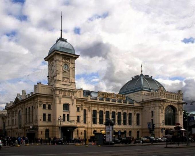 Vitebsky railway station is located on Ligovsky Avenue