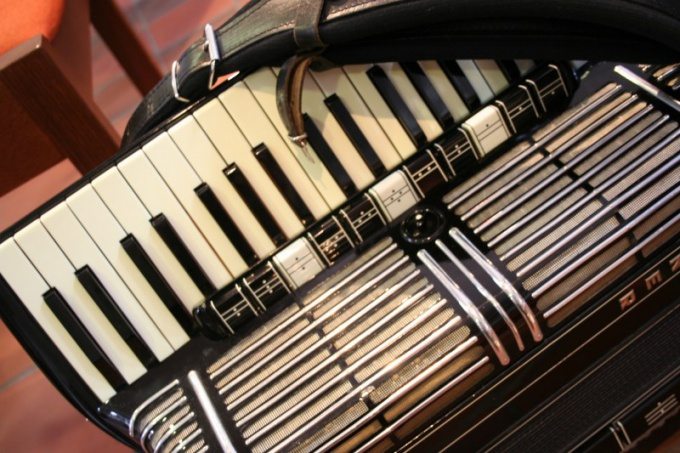 The keyboard of the accordion arranged in the same way as the piano