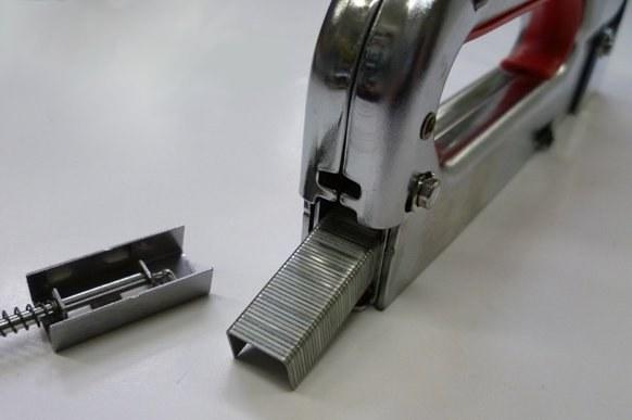 Как вставить скобы в степлер
