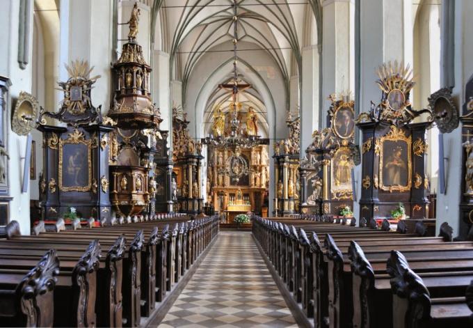 Богослужения проводятся в центре костела