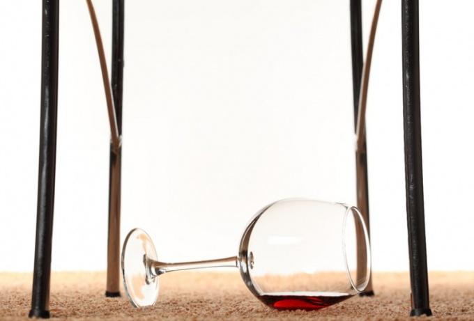 Как вывести красное вино