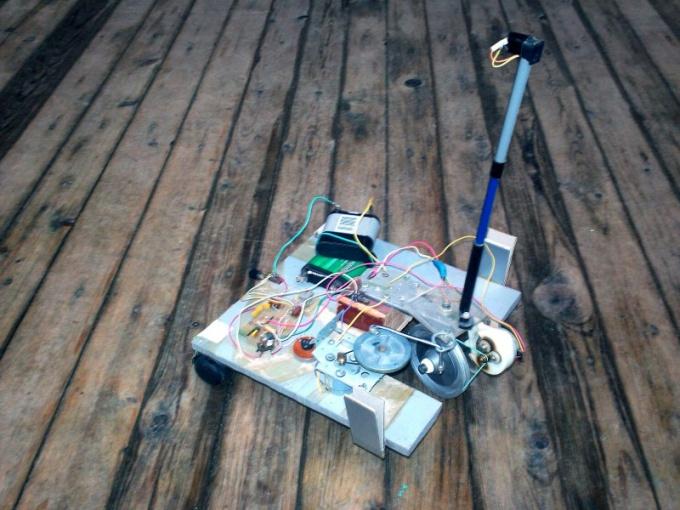 Робот будет бродить за источником света