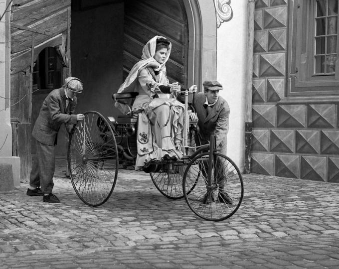 Берта Бенц со своими сыновьями во время путешествия из Манхейма в Пфорцхайм, 1888 год