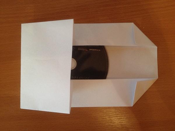Конверт для диска из бумаги - загибаем слева и делаем стрелку справа