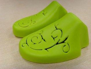 Избавиться от неприятного запаха обуви можно с помощью ароматизаторов