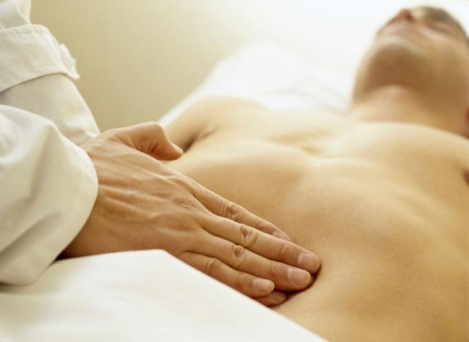 Первым показателем дисбактериоза могут быть частые боли в животе.