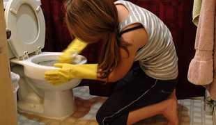 How to clean the toilet - clean sponge wall toilet
