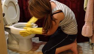 Как правильно чистить унитаз - чистим губкой стенки унитаза