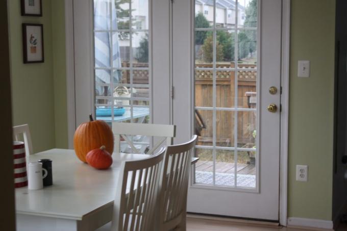 Подбор шторы для кухни с балконной дверью